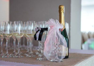 szampan na stole przywitanie